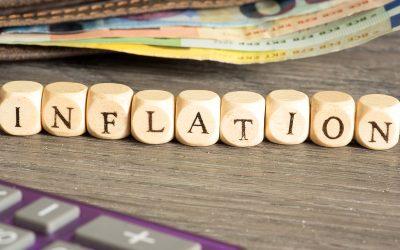 Eine Geldbörse, Euro Bargeld und das Wort Inflation